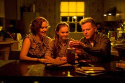 Penelope Ann Miller and Aidan Quinn as Juli's parents