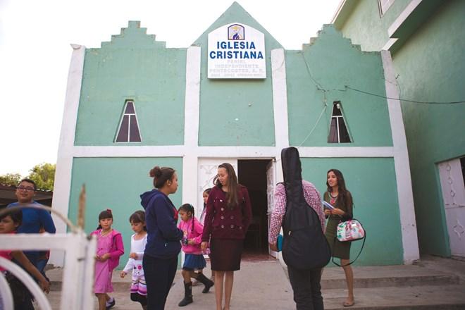 """La iglesia de Cortés ha financiado generosamente a la Iglesia Cristiana Peniel en Urequío, México. """"Somos muy unidos"""", dijo."""