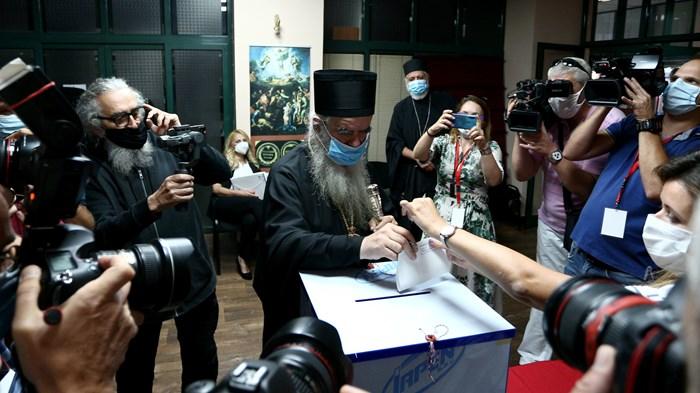 Metropolitan Amfilohije Radovic of the Serbian Orthodox Church in Montenegro votes on August 30.