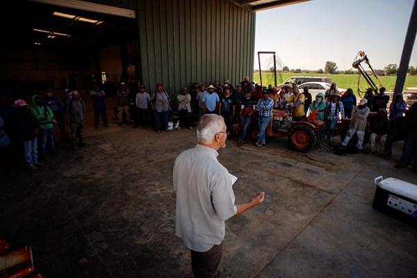 Tom Ríos predicando ante trabajadores agrícolas en un convivio en Kingsburg Orchards cerca de Fresno, California.