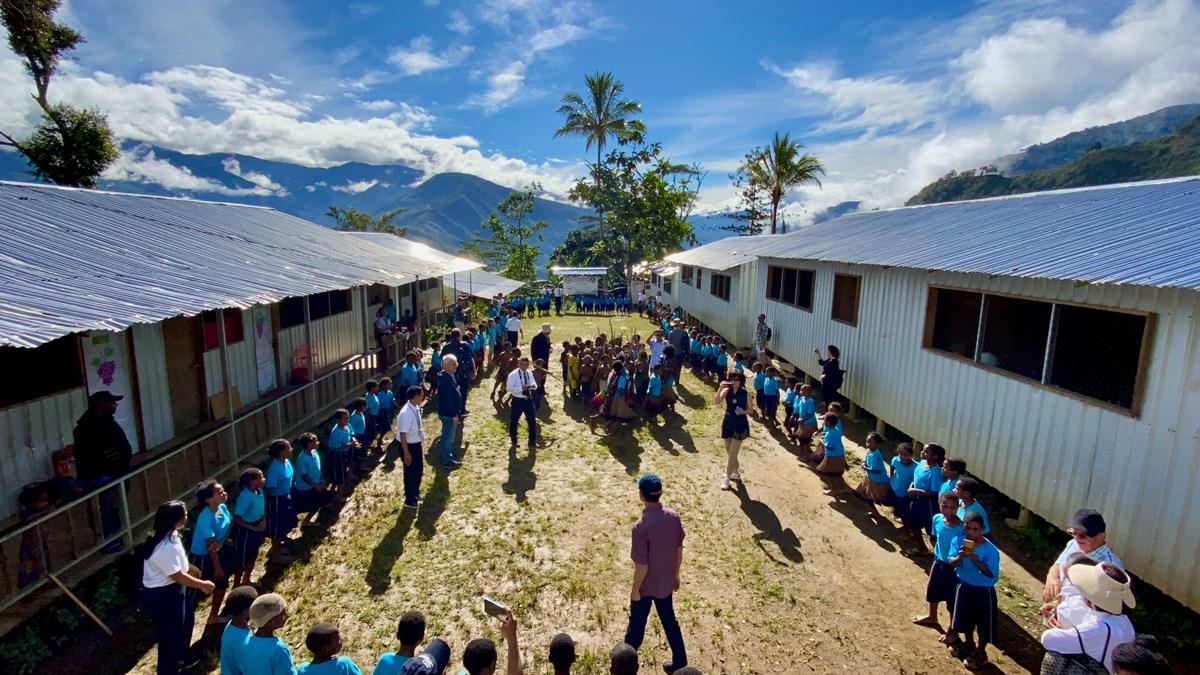 Mamit: James Riady (bagian bawah tengah) hadir dalam pertemuan siswa yang merayakan 100 hari belajar di sekolah terbesar YPHP tersebut.