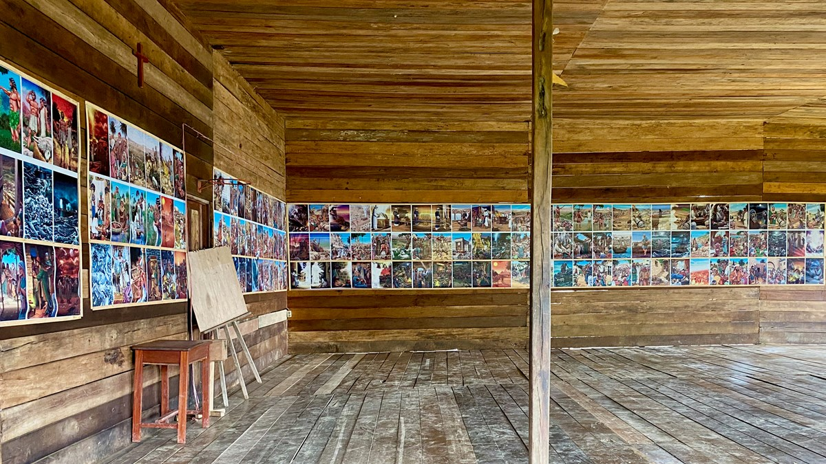 Gereja di Daboto ini mengajarkan kisah narasi Alkitab melalui gambar berwarna-warni.