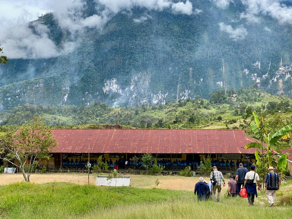 Sekolah Lentera Harapan di Nalca ini melayani 110 siswa suku Mek.