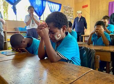 Para siswa YPHP berdoa di Mamit.