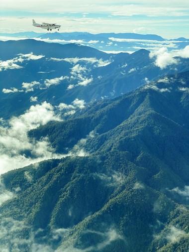 Sebuah pesawat MAF terbang ke Mamit di pegunungan, pedalaman Papua.