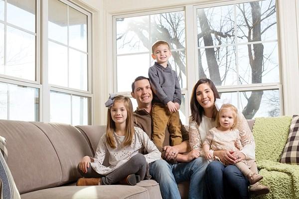 马克和詹娜·米勒2009年生下了女儿凯莉,接着又借助代孕生下了另两个孩子。