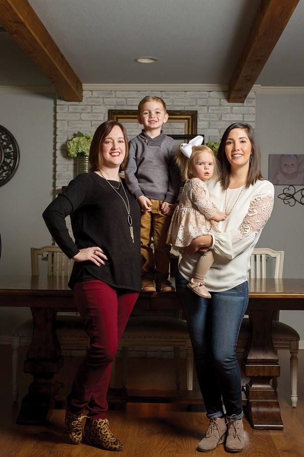 """珍妮佛·纳尔逊(左)为米勒夫妇代孕生下儿子雷恩(2013)和女儿菲斯(2016)。詹娜说,纳尔逊太太成了""""我们一家的朋友""""。"""