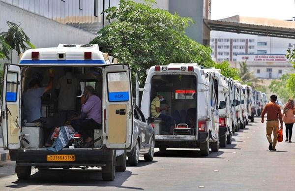 Ambulans yang membawa pasien COVID-19 berbaris menunggu giliran untuk menuju ke rumah sakit pemerintah khusus COVID-19 di Ahmedabad, India, pada 22 April.