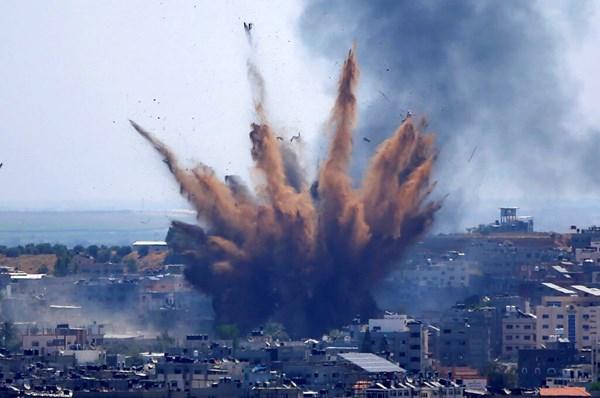Il fumo sale a seguito degli attacchi aerei israeliani su a edificio a Gaza City il 13 maggio 2021.
