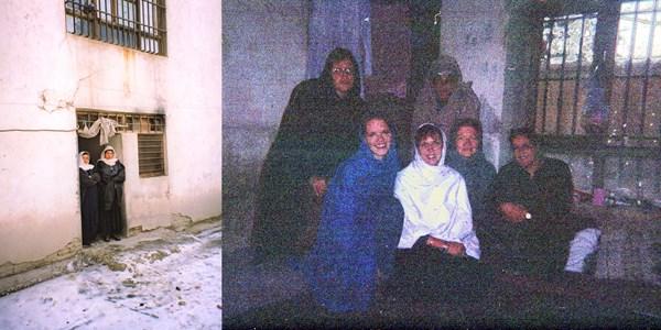 El grupo de mujeres retenidas por los talibanes (a la derecha) y sus guardias de prisión (a la izquierda).