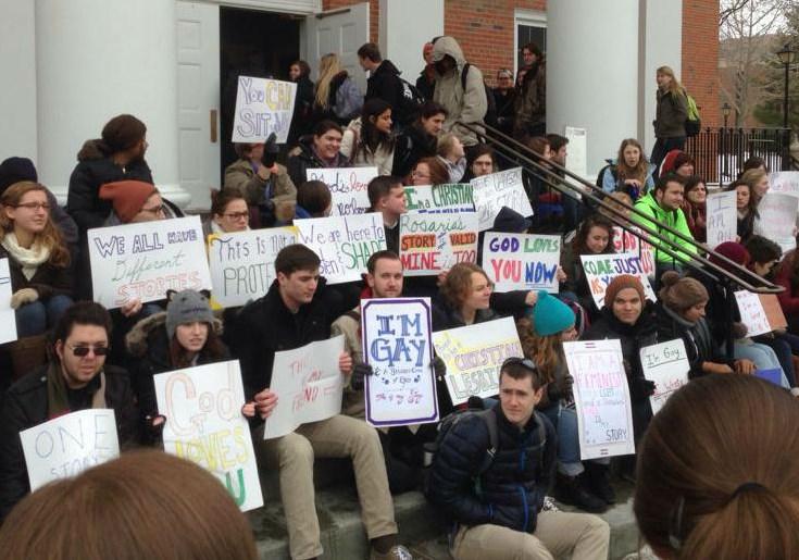 Estudiantes de la universidad de Wheaton protestan el testimonio 'como un accidente de tren' de profesora ex lesbiana