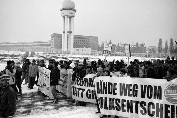 Berlin : Pro-refugee march around the Templehof Airport. Since September 2015 Templehof has been used as an emergency refugee camp.