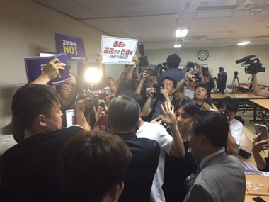 Activists and journalists pour into the room immediately following the conclusion of the PCK court's meeting.